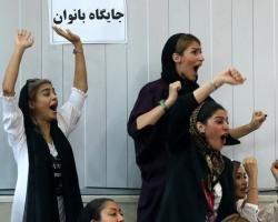 ورود زنان به ورزشگاه؛ رژیم عقب نشینیکرد