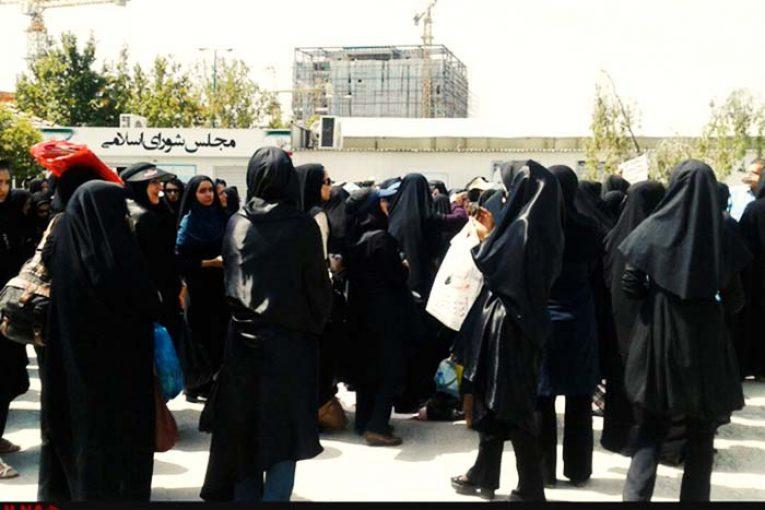 تجمع آموزشدهندگان نهضت سوادآموزیِ یزد مقابل آموزش وپرورش